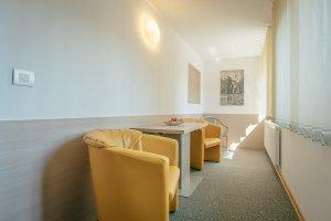 Triposteljna soba prostor za sedenje